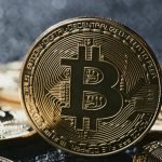 Bitcoin: Retail nakupuje a instituce z trhu utíkají