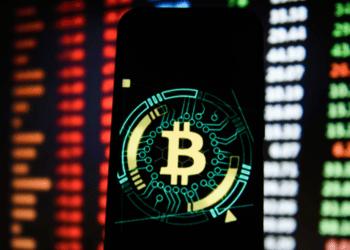 Cena Bitcoinu nyní koreluje s americkými akciemi, co to způsobuje?