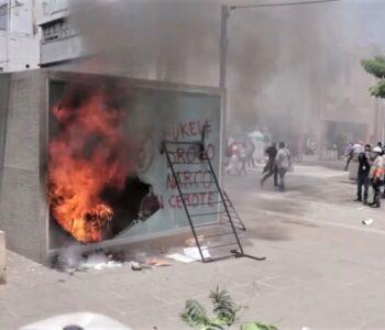 Tisíce lidí v Salvadoru protestovalo proti bitcoinovému zákonu, rozlícený dav zapálil i BTC automat